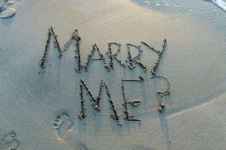 demande-mariage-originale-écrire-message-sur-sable