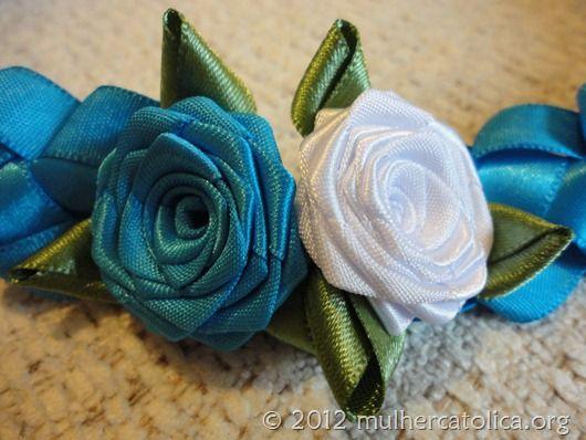 Cinto de fitas trançadas com rosas de fitas.
