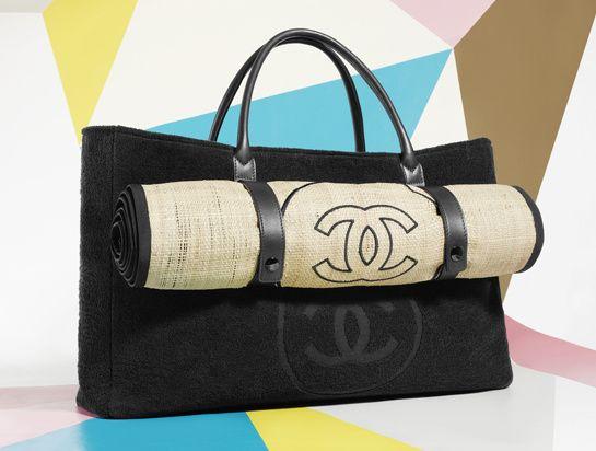 Agora vamos falar de um item de edição limitada que só tem nessa loja, criada pelo próprio muso Karl Lagerfeld, uma bolsa para a praia que lógicamente não é convencional, afinal, estamos falando de uma Chanel certo? Com um tapetinho de palha embutido na bolsa, junto com uma toalha, que pode ser sua por€1250. Must!