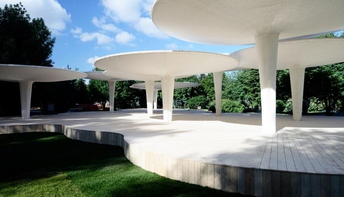 """Посидеть в тени """"грибов"""" с книгой из библиотеки, поработать на свежем воздухе, поиграть в пинг-понг и бадминтон, послушать музыку и прекрасно провести день всей семьей можно в новом павильоне Центра """"Гараж"""" в Парке Горького"""