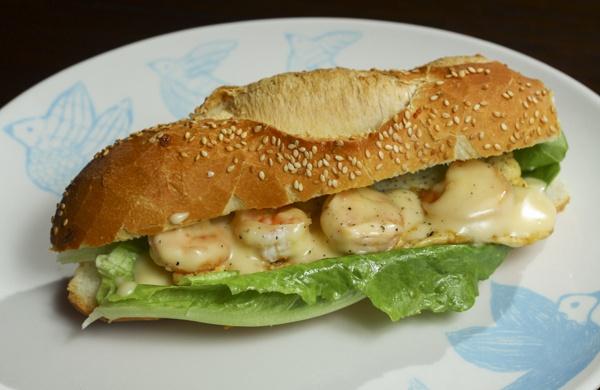 Sanduíche de camarão com maionese caseira