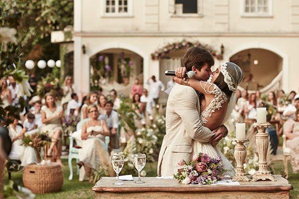 """A decoradora Renata Paraiso é conhecida por seus projetos integrados à natureza. Para seu próprio casamento, não poderia ser diferente! Ela disse """"sim"""" no"""