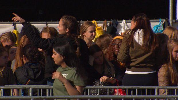 In de rij voor Bieber 'Huilende kinderen door gedrang' - RTL Nieuws