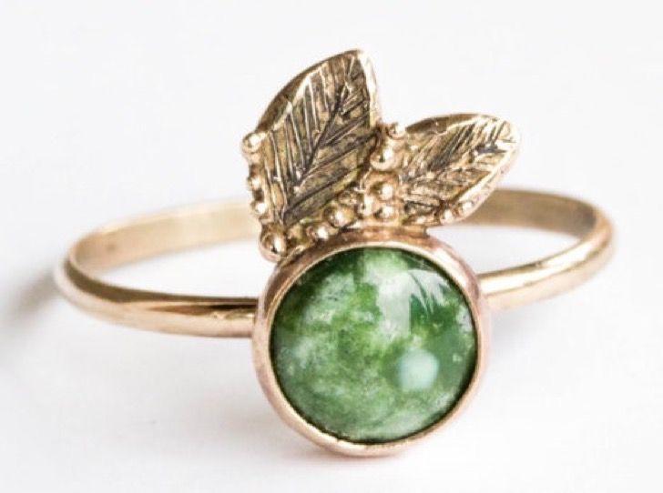 30 preciosos anillos de compromiso que no tienen un diamante y que te cautivarán completamente | Upsocl Si amas la naturaleza este anillo con una turquesa verde será el amor de tu vida.