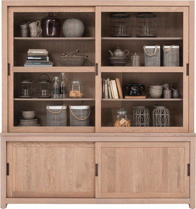 Buffetkast Allure is een echte sfeermaker. Het romantisch vormgegeven model is vervaardigd uit grotendeels massief, oud eikenhout. De warme grijze houtkleur zal je een knus gevoel geven. Het eikenhout geniet een gedegen bescherming door de soft touch lak. Met 2 fraaie glasdeuren en 2 dichte deuren zit je om opbergruimte niet verlegen!