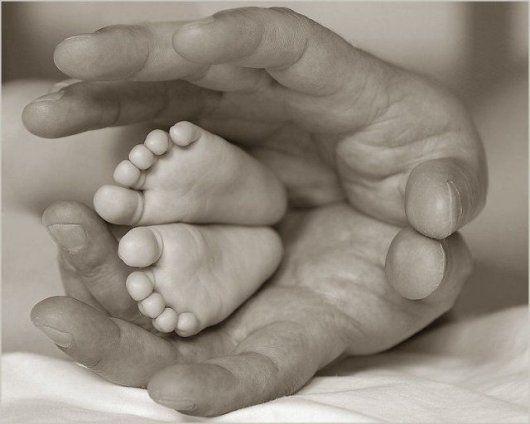 belle image main et pied de bébé
