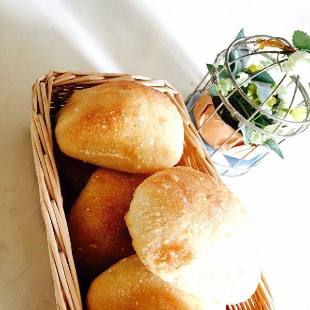 最近ネットでも話題のパン「チャバタ」。パン好き女子の間でも特に、カロリーが低くヘルシーなことから人気が高まってきています。今回はそんな「チャバタ」の作り方と、チャバタを使ったサンドイッチのアレンジレシピをご紹介します。