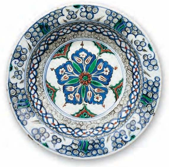 Dish with red roses / Turkey, Iznik, ca. 1575 –1580 / Fritware, polychrome underglaze painted on an opaque white glaze; Ø 28.5 cm / Kindly lent by Princess Catherine Aga Khan