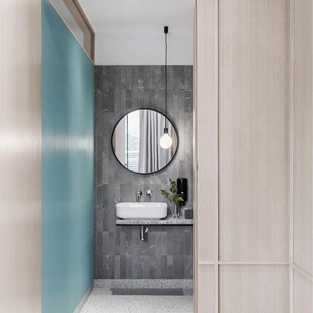 Toaleta Dla Pacjentow W Gabinecie Stomatologicznym Polakowscy Twoi Dentysci Naturalnie Fot Round Mirror Bathroom Bathroom Accessories Bathroom Mirror