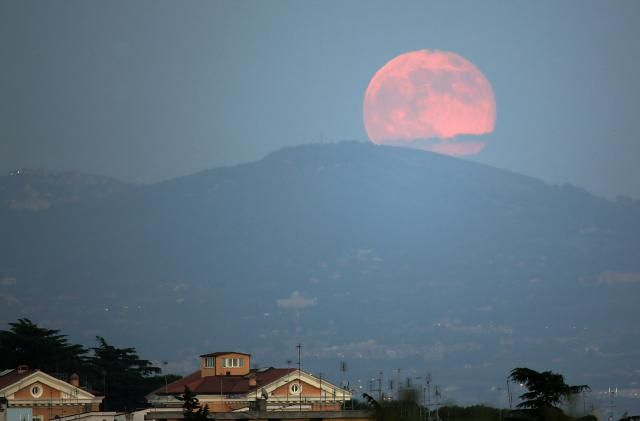 "Is There a ""Full Pink Moon"" in April? http://abt.cm/PKzSIv via @aboutdotcom"