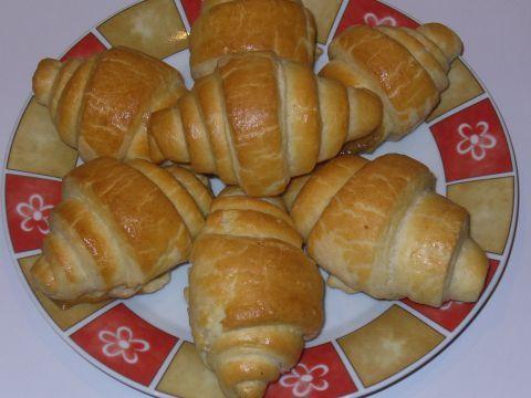Aj keď sa to zdá komplikované, nie je to nič náročné. Príprava na tieto raňajkové maslové croissanty zaberie viac času, ale výsledok stojí za to. Príprava samotného cesta dlho netrvá, vždy tri minúty, ale potom treba cesto hodinu schladzovať. Toto sa opakuje štyrikrát a medzitým sa venujem inej činnosti.