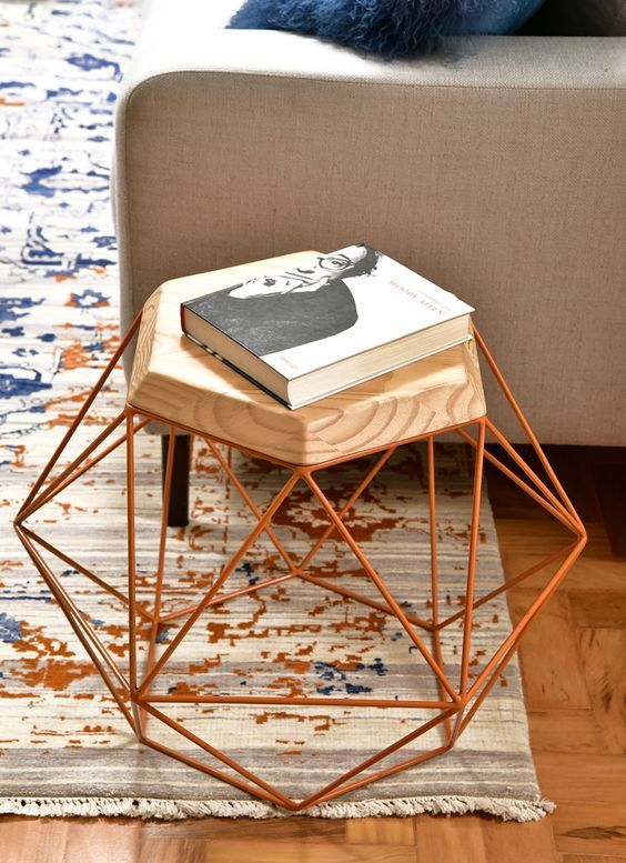 Mesa lateral geométrica de ferro.