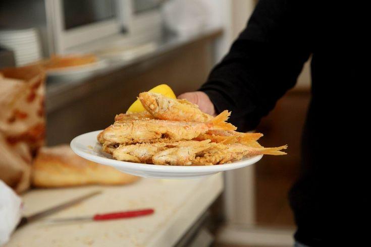 Η «Μαργαρώ» στον Πειραιά παραμένει εδώ κι 70 χρόνια το πιο νόστιμο τηγάνι της πόλης