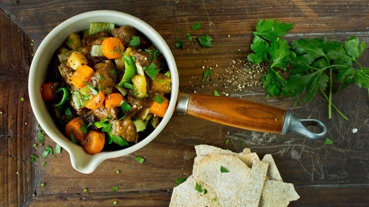 Lapskaus er en god gammeldags klassiker, lag den med sesongens rotgrønnsaker og frisk persille til pynt!