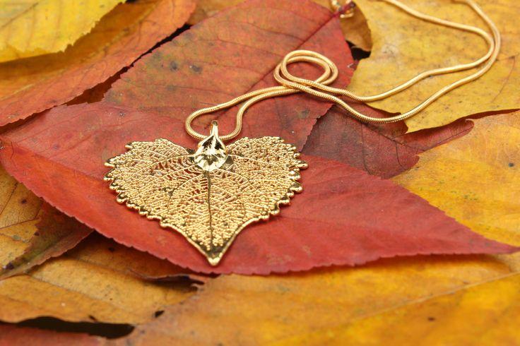 Der passende Schmuck zum Herbst! Ein echtes, vergoldetes, Pappelblatt als Anhänger.