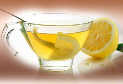 Limonlu su diğer içeceklere nazaran yalnızca susuzluğunuzu gidermekle kalmaz aynı zamanda vücudunuz için gerekli olan birçok vitamin, mineral ve önemli birçok eser elementten faydalanmanızı sağlar. Aynı zamanda, sabah ilk uyandığımızda, bütün dokularımız susuz kaldığı için vücutta biriken toksinlerden arınmak ve sıvı ihtiyacını gidermek için limonlu sıcak su içmek muhteşem bir enerji desteğidir.