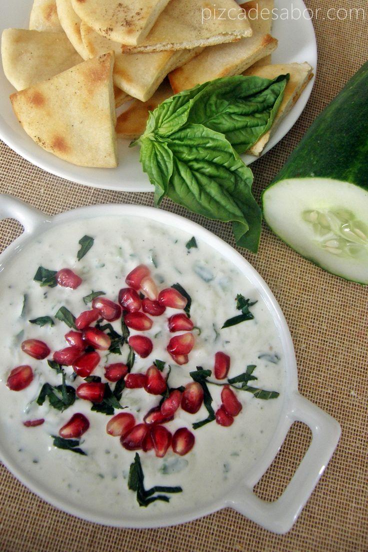 Delicioso y sencillo dip de yogurt natural y pepino, con hierbas y granada. Acompañado de tostadas de pan pita o árabe.