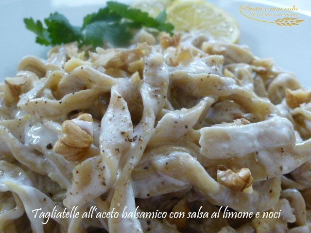Tagliatelle all'aceto balsamico con salsa al limone e noci. L'aceto balsamico nell'impasto, un gusto diverso che esalta al massimo i sapori del condimento.