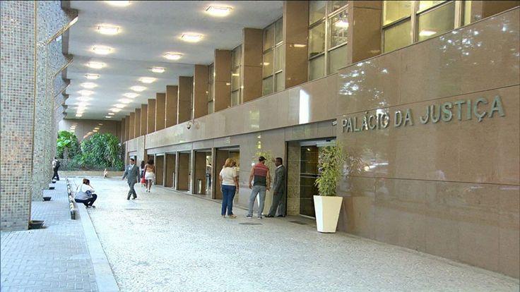 Juízes e desembargadores do TJRJ receberam mais de R$ 100 mil, valor que supera teto constitucional. Tribunal informou que não há irregularidade.