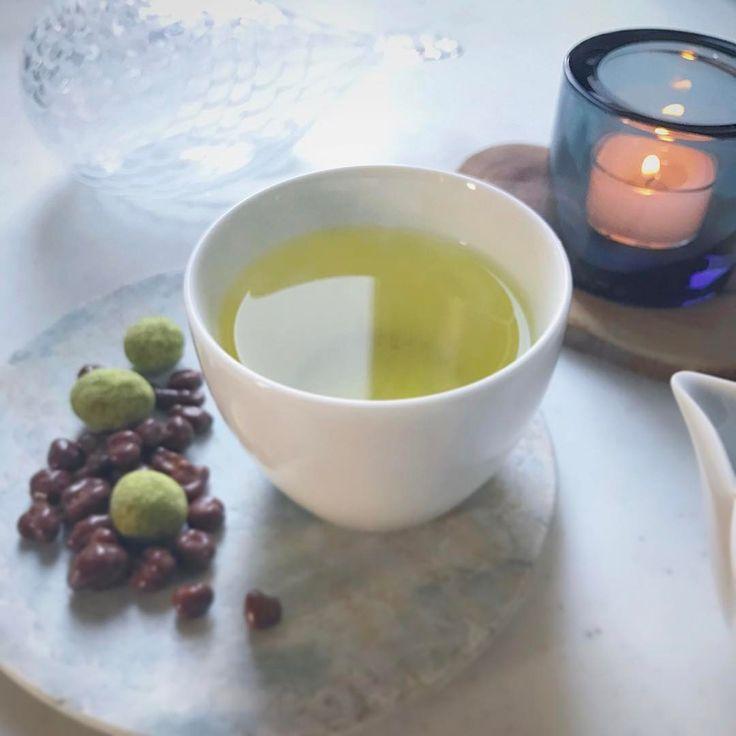 おはようございます。太宰府は寒いけど気持ちの良い快晴!キレイな空です。 今朝はかぶせ白折茶。いわゆる茶柱が立つのはこのお茶で、白折の茎の部分。甘みがあってさっぱりと飲みやすいです。 朝の一杯のお茶でカラダのスイッチを切り替え。 さあ、今日も頑張りましょうね。