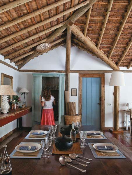 Casa erguida com eucalipto e coberta com telhas de madeira - Casa
