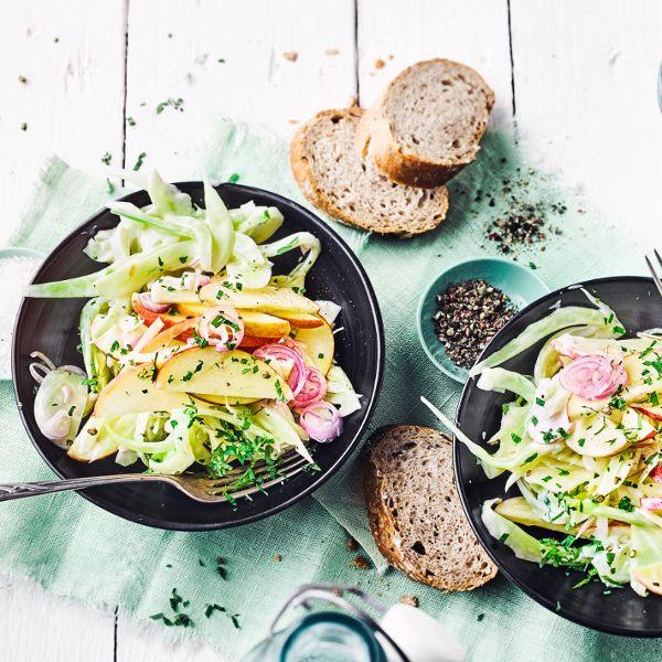 Frischer Salat mit Fenchelgemüse, Zwiebel und Apfelscheiben - besonders gut als Beilage zu Fleisch oder Fisch. #wintersalat #gemüse #apfel #edeka