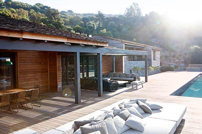 La maison du maquis : Corse, villa de Jean-Louis Deniot, terrasse, piscine.
