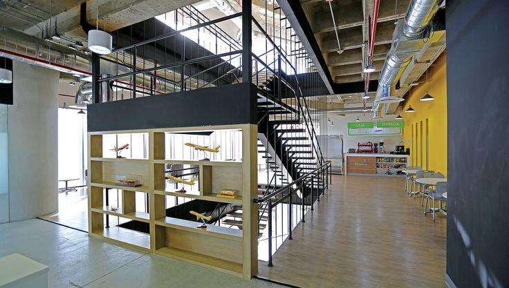 DHL | Diseño de Interiores | Interior Design Perforated wall, Yellow wall | Muro perforado, muro amarillo. MOBILIARIO | Herman Miller Mexico CONSTRUCCIÓN | ATXK ILUMINACIÓN | H+T Iluminación y Diseño S.A. de C.V. UBICACIÓN | Ciudad de México ÁREA | 3,800 m² FOTOGRAFÍA | Cortesía de ATXK