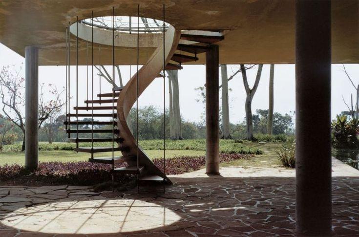 Projeto do arquiteto Rino Levi, a escada helicoidal fica na Casa Olivo Gomes, em São José dos Campos (SP). No centro, uma viga curva de concreto faz a transição dos esforços para o chão, enquanto nas pontas das pisadas acontece o inverso: hastes metálicas prendem os degraus à laje, jogando os esforços para o teto.