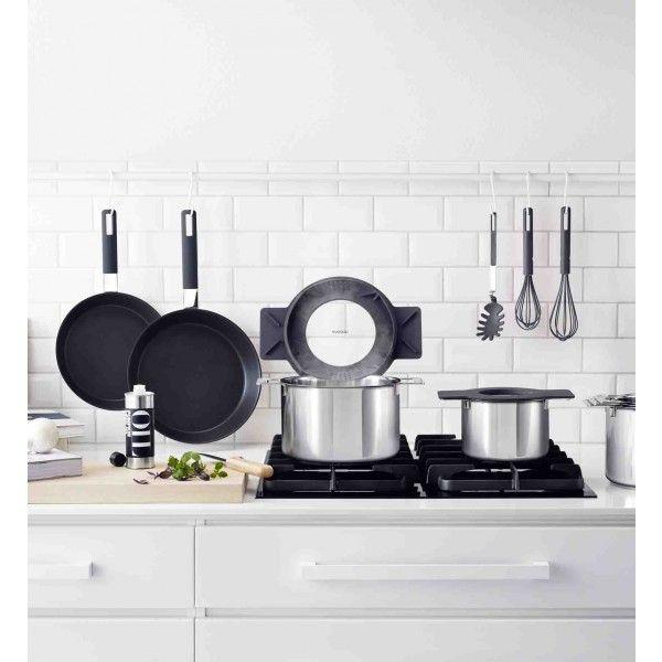 Las ollas Gravity de Eva Solo tienen tres funciones principales que las separen de otras ollas. FUNCTION # 1 Tamiz integrado - Levante y gire la tapa y con facilidad puedes filtrar el agua de la pasta y las papas a través de los agujeros de la tapa. FUNCIÓN # 2 Pon la tapa horizontal - coloque la tapa en el borde de la olla y elimina el agua y la salsa en la mesa. FUNCTION # 3 Válvula de vapor intergardo - Levante y gire la tapa para que el vapor se deja salir por los orificios de la tapa.