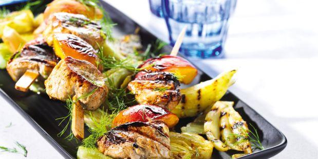 Varkenshaas en nectarines gemarineerd met zonnebloemolie, honing en kerriepoeder, geroosterd op de BBQ. Geserveerd met geroosterde venkel en.