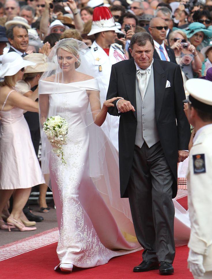 Quand Charlène Wittstock épouse Albert de Monaco, c'est Giorgio Armani qui imagine sa robe. Encolure Bardot, forme sirène et broderies ornées de 40.000 cristaux Swarovski et de 40.000 perles d'or sont au rendez-vous. (Monaco, le 1er juillet 2011.)