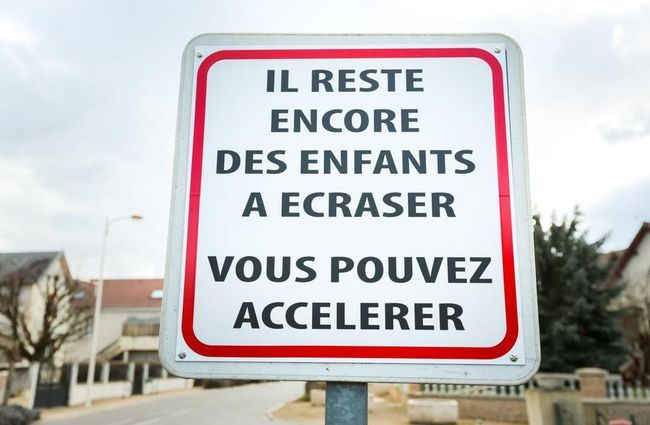 «Il reste encore des enfants à écraser» : l'étonnant panneau de signalisation d'une petite commune près de Dijon - 06/03/2015 - ladepeche.fr