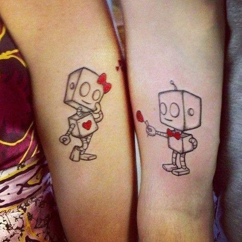 Pareja mostrando sus tatuajes en el brazo en forma de robot que se entregan flores