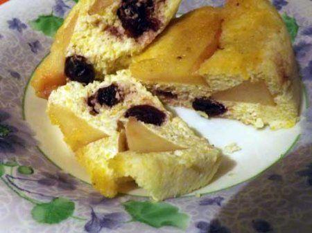 Творожная запеканка с яблоком и вишней в мультиварке