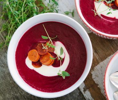 Vad passar inte bättre på hösten än en värmande soppa gjord på säsongens rödbetor? Extra värmande med lite hetta av chilin som fint blandar sig med len och söt honung.
