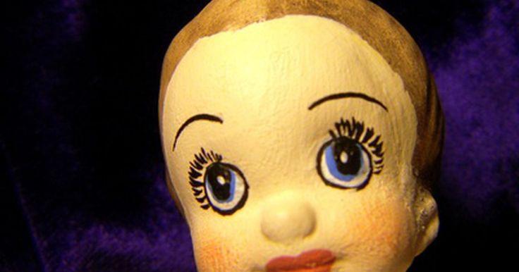 Cómo dibujar rostros en muñecas de trapo. Ya sea que estés haciendo muñecas a mano para algún niño especial en tu vida, como medio para reunir fondos para alguien más, o para hacer algo de dinero extra, ninguna muñeca está completa sin su rostro. Es más fácil dibujar rostros en las muñecas luego de haber cosido los patrones de la tela para tener una superficie plana sobre la cual ...