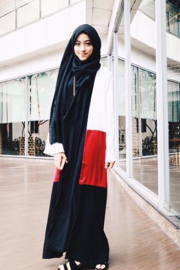 Love the style of hijabc head covering so natural. Adorable style for teen