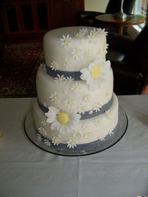 daisy wedding cakes pictures i think i would like this for my top tier if it just had 13315
