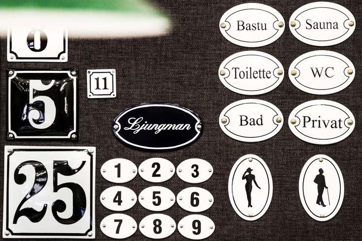 Koristeelliset aidot emali kyltit. Tilauksesta mittojen mukaan omilla teksteillä tai numeroilla. #habitare2015 #design #sisustus #messut #helsinki #messukeskus