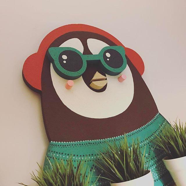 Hipster pingster! Κατασκευάζουμε  από φελιζόλ ότι μπορείτε να φανταστείτε:) Πιγκούινος σε επίπεδα από φελιζόλ βαμμένος στο χέρι! #3d #3dwall #penguin #hipster #customade #athens