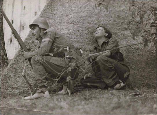 Gerda Taro and soldier, Córdoba front, 1936 - foto di Robert Capa