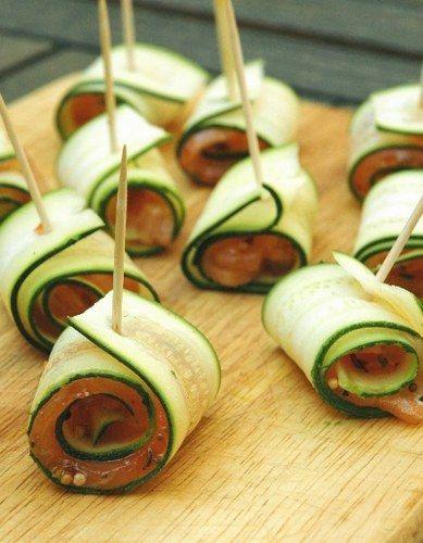 Salé - Roulé de courgettes au saumon. Pour 4 pers. : 2 courgettes- 4 tranches de saumon fumé- 30 g de baies roses- 30 g de poivre en grains- Huile d'olive- Sel, poivre. Détailler les courgettes et le saumon en fines lamelles. Entourer le saumon de la courgette. Parsemer de baies roses et de poivre concassé. Arroser d'un filet d'huile.