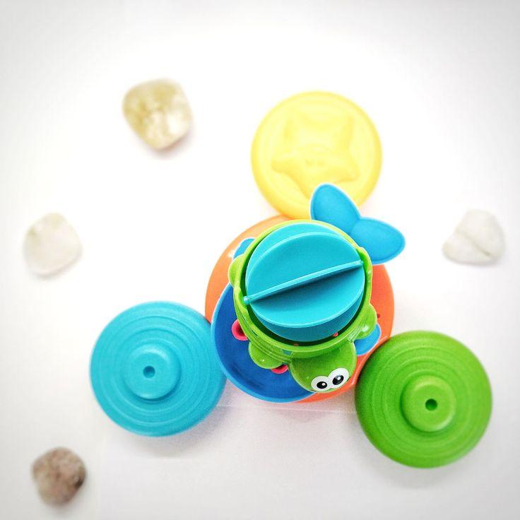 В нашем рейтинге новогодних подарков лидирует сейчас конструктор-липучка-репейник-вязкий шарик.🌞 А вообще, тенденция новогодних подарок такова, что в садик берут творческие подарки - это фрески, аппликации, мозаики, картины из песка, настольные игры Домашний Дед мороз для мальчиков 👦приносит- мультгероев типа Черепашки Ниндзя, а сейчас еще и Тоботы, ну и, конечно, любимые нами Брудеры Для девочек 👧Дед мороз любит приносить пони, Анну и Эльзу, куклы Винкс, реже Ever After High и Monster…