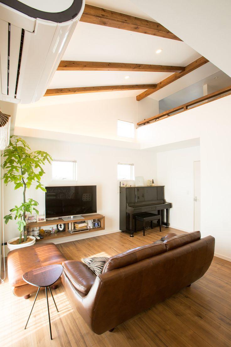 吹き抜けのリビングルーム。リビングは、ロフトへとつながる勾配天井のある大きな吹き抜け 空間。外断熱仕様で冷暖房効果もバッチリ!|インテリア|ダイニング|ナチュラル|コーディネート|デザイン|おしゃれ|テーブル|吹き抜け|モダン|