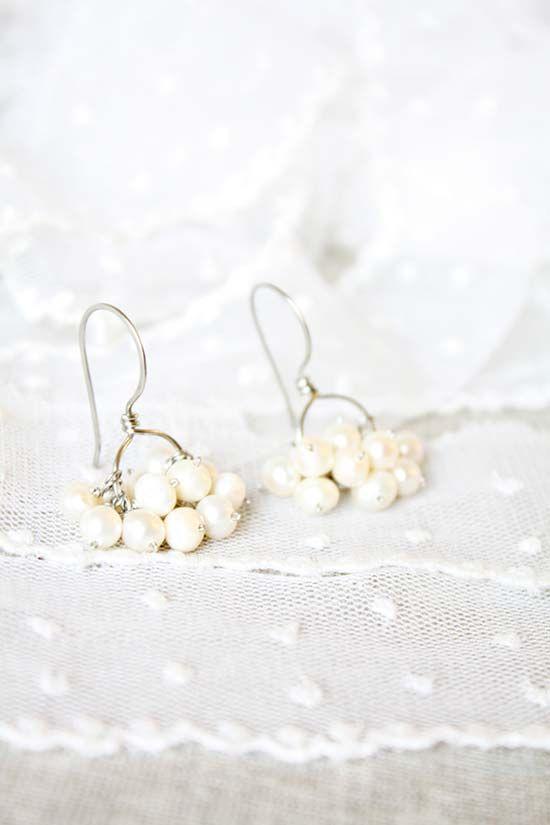 Orecchini da sposa pendenti con grappoli di perle bianche. Bride italian earrings with pearls. Vuoi vedere altri orecchini per matrimonio originali? Vai su http://misposoamodomio.it/orecchini-sposa-pendenti-originali/