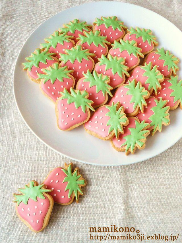 いちご柄のクッキーとケーキ。 : ハレの日おやつ。
