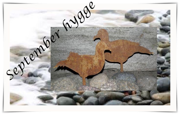 Vi elsker disse skønne måger...!!! Super dekorative, både monteret i sten, beton, eller en træstub.  Kan også sættes i bed eller potte. Laves i flere størrelser. Her vist som store på ca 30 cm til 300 pr stk, eller 500.- for sættet. De små sæt er ca 10 cm og koster 200.- pr sæt. Køb dem på www.kragelunddesign.dk
