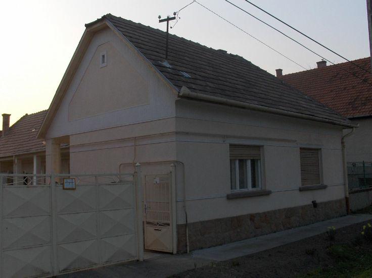 újraszabott falusi ház  - utcai homlokzat az átalakítás előtt