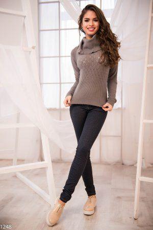 Серый свитер с высоким горлом